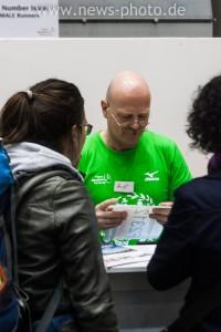 Dieser tüchtige Helfer händigt den Läufern des Haspa Marathon 2015 ihre Startnummern aus.